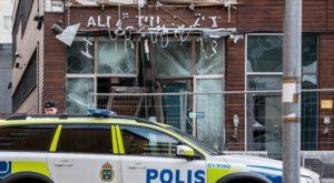 Budova policejní stanice a soudu v Malmö po pumovém útoku v prosinci 2015.